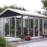 Glass struktur i hagen ideell for en fest, middag, kveld med venner