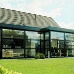 Moderne, rektangulær struktur laget av glass og aluminium
