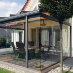Konstruksjon støttet av to søyler, glasering av sideveggene